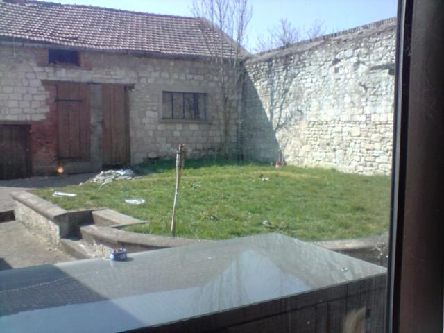 Côté grange et mur du fond